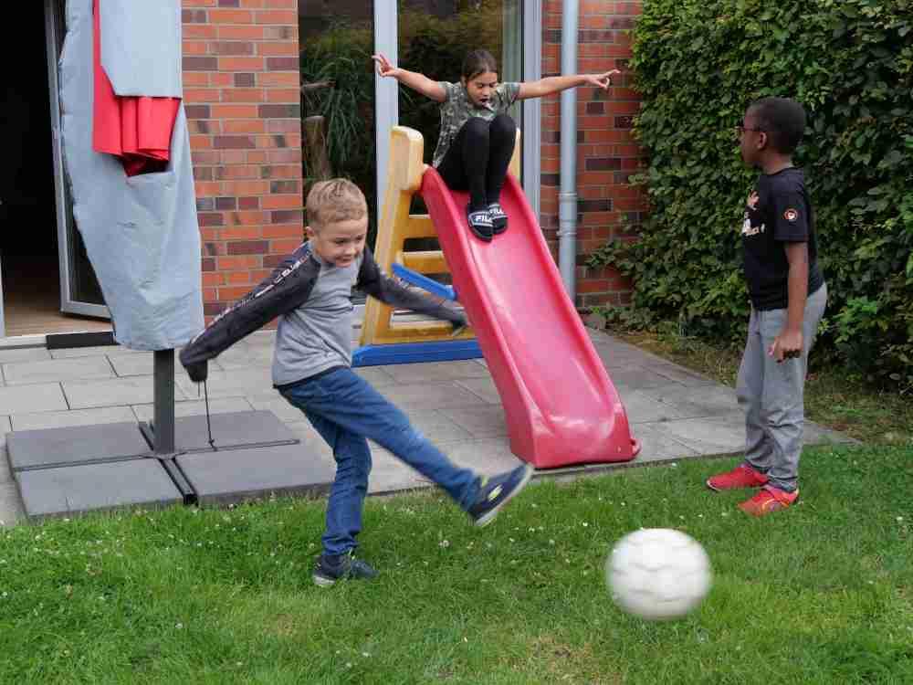 Foto: Spielende Kinder im Garten; Ferienbetreuung der Diakonie Münster