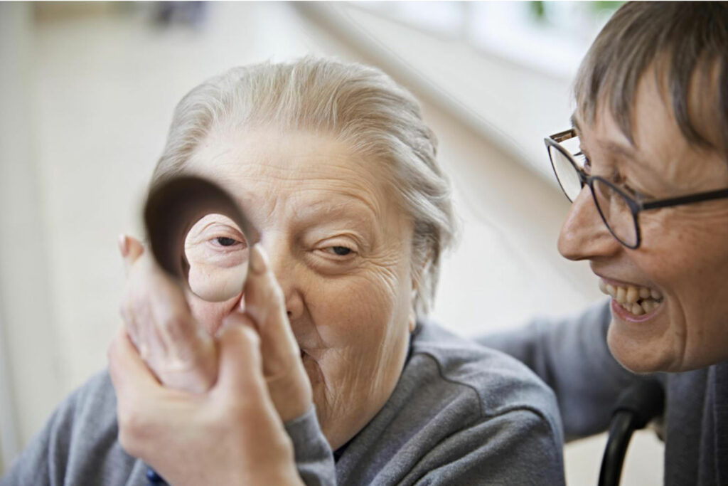 Foto: Ergotherapeutin kümmert sich um ältere Dame