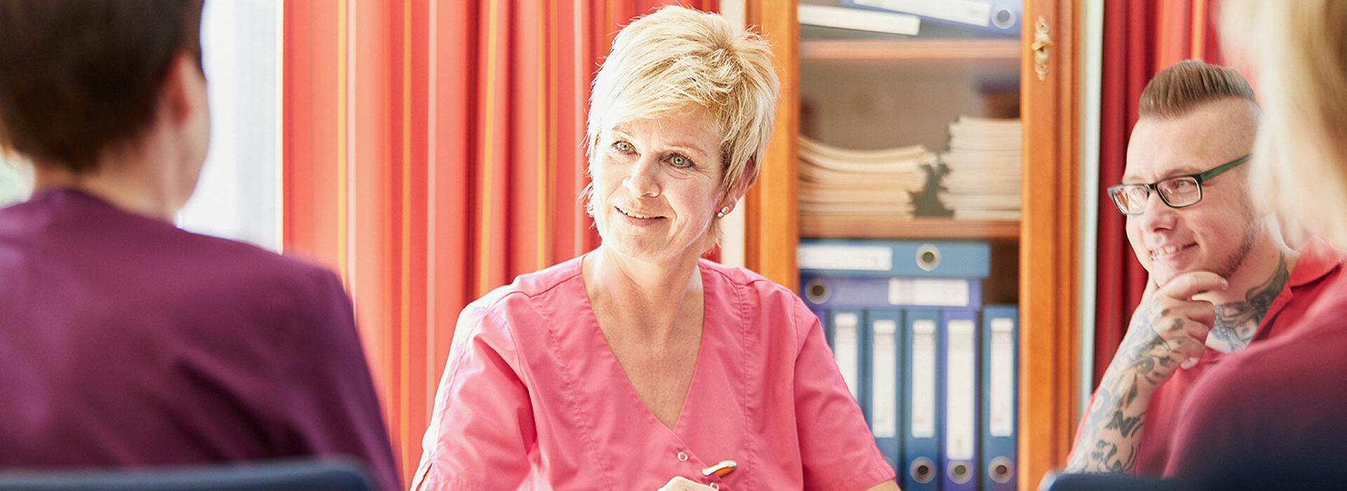 Foto: Leiterin der Stationären Pflege im Mitarbeitergespräch