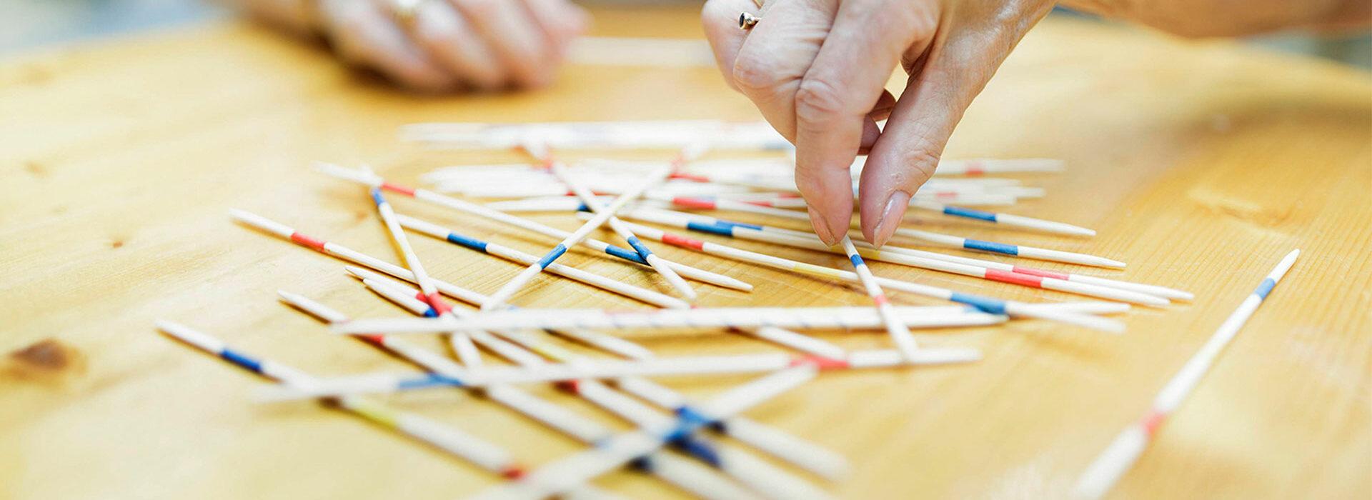 Foto: Mikadospiel als Beschäftigung bei der Tagespflege