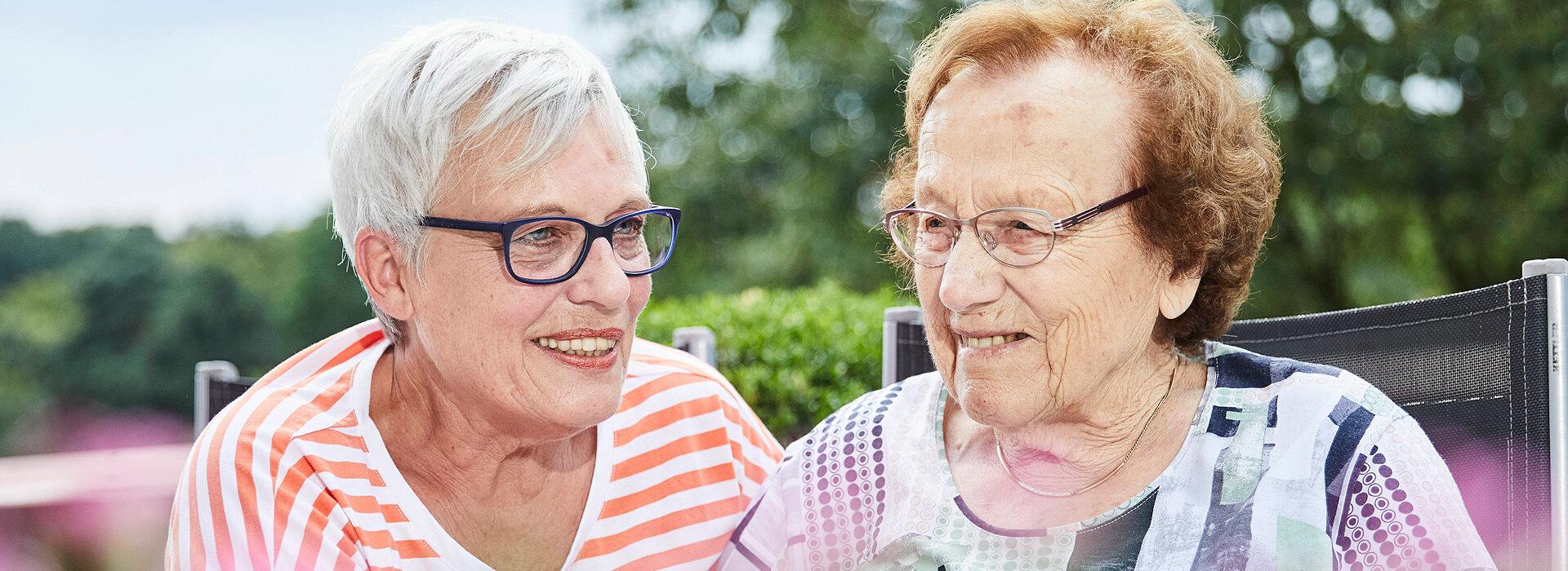 Foto Haus Simeon Münster: Ehrenamtlerin betreut Seniorin im Haus Simeon