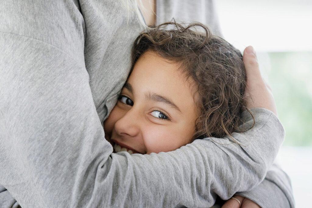 Foto: HTG Hiltrup - Kind wird in den Arm genommen