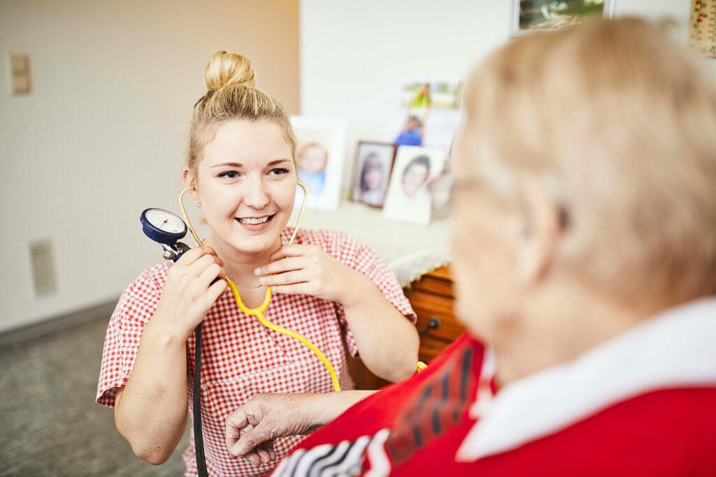 Foto: Pflegekraft mit Blutdruckgerät