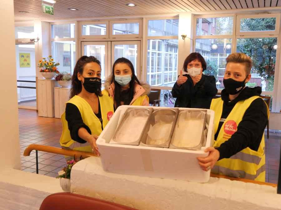 Foto: vier Mitarbeitende aus dem Martin-Luther-Haus mit Eis