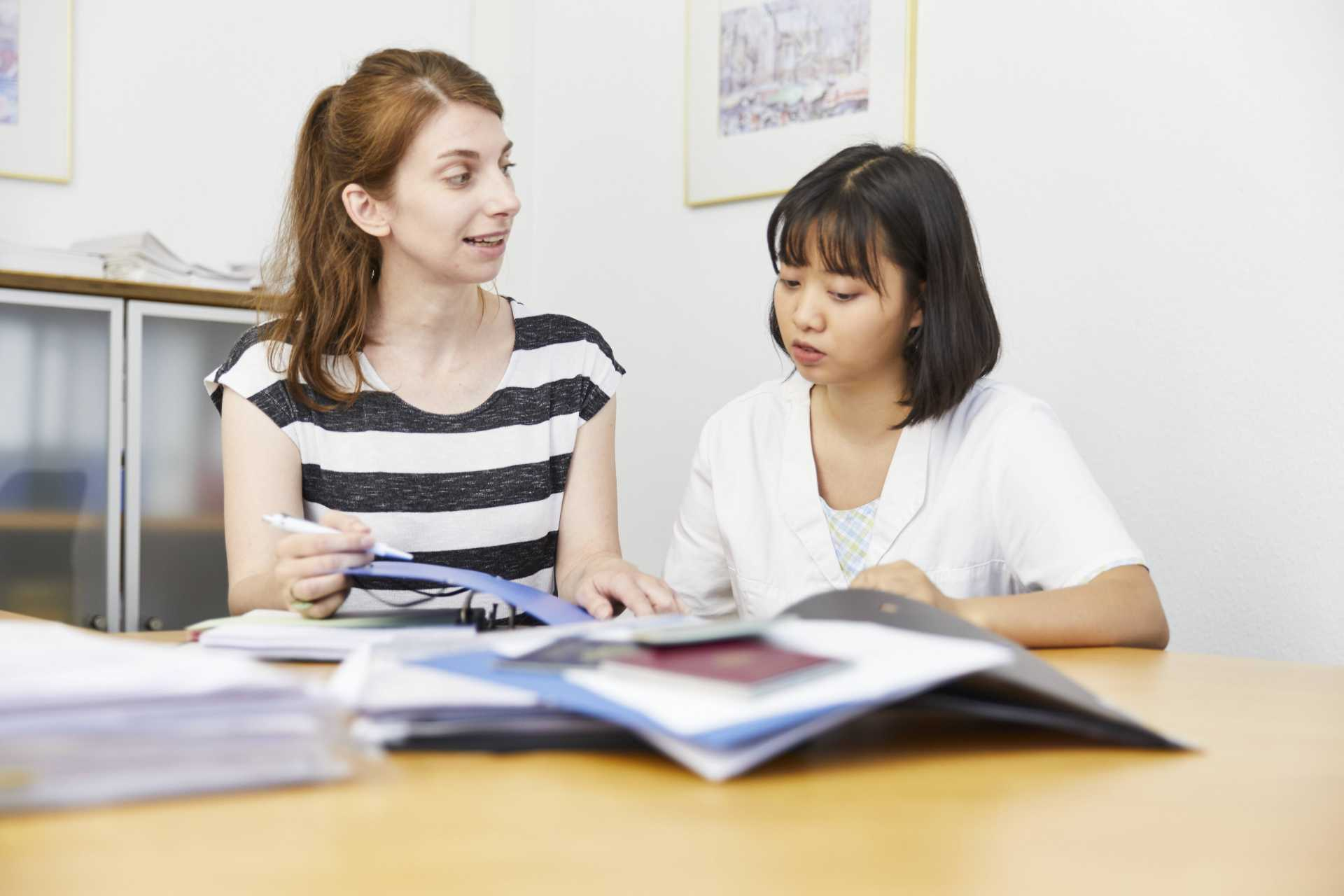 Foto: Integrationsbeauftragte und Auszubildende