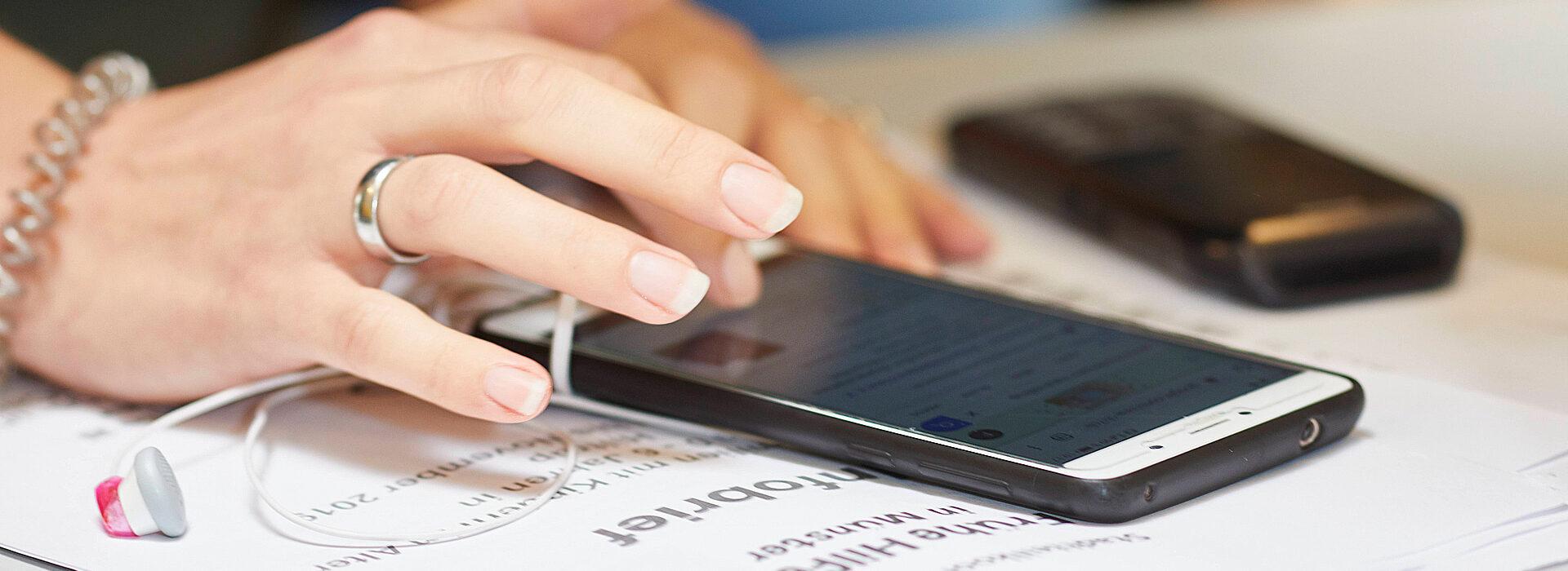Foto: Hand mit Smartphone
