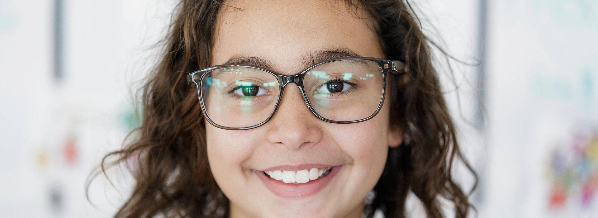 Foto: Lachendes Kind mit Brille - Diakonie Münster