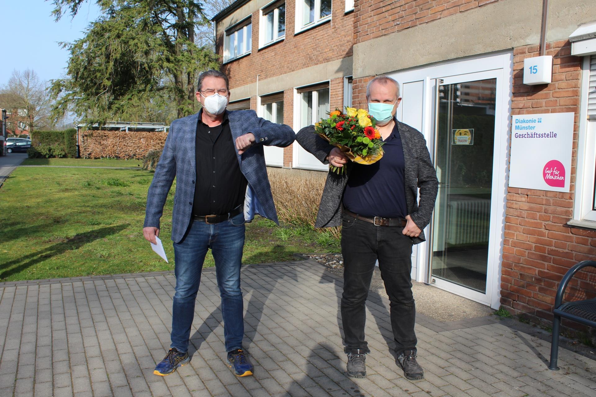 Foto: Vorstand Ulrich Schülbe gratuliert Friedhelm Austermann zum Dienstjubiläum