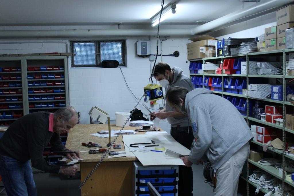 Foto: Mitarbeiter vom MCH bei handwerklichen Tätigkeiten