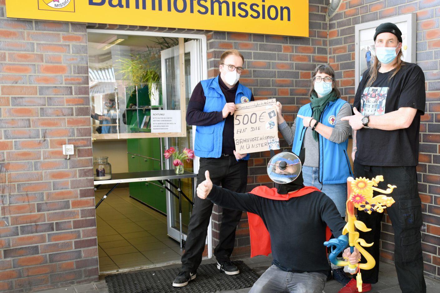 Foto: Spende für Bahnhofsmission