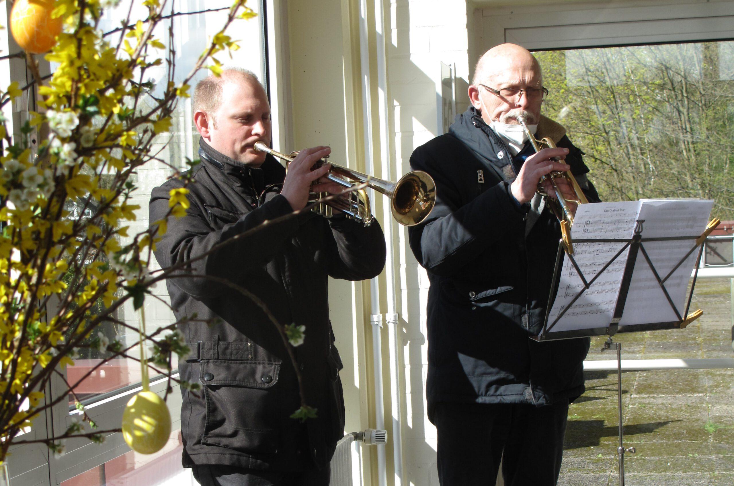 Foto: zwei Männer spielen Trompete