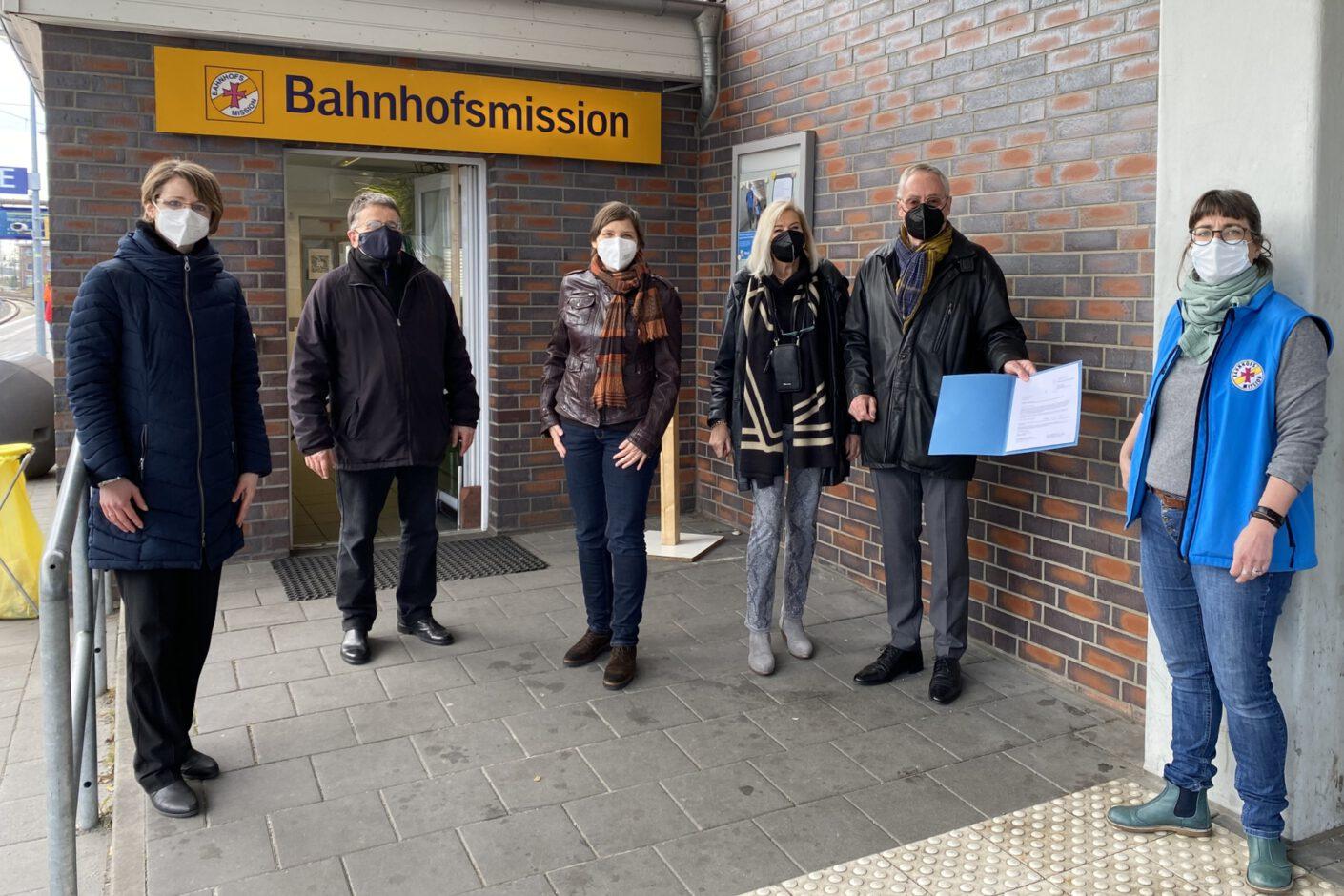 Foto: 6 Personen bei der Bahnhofsmission