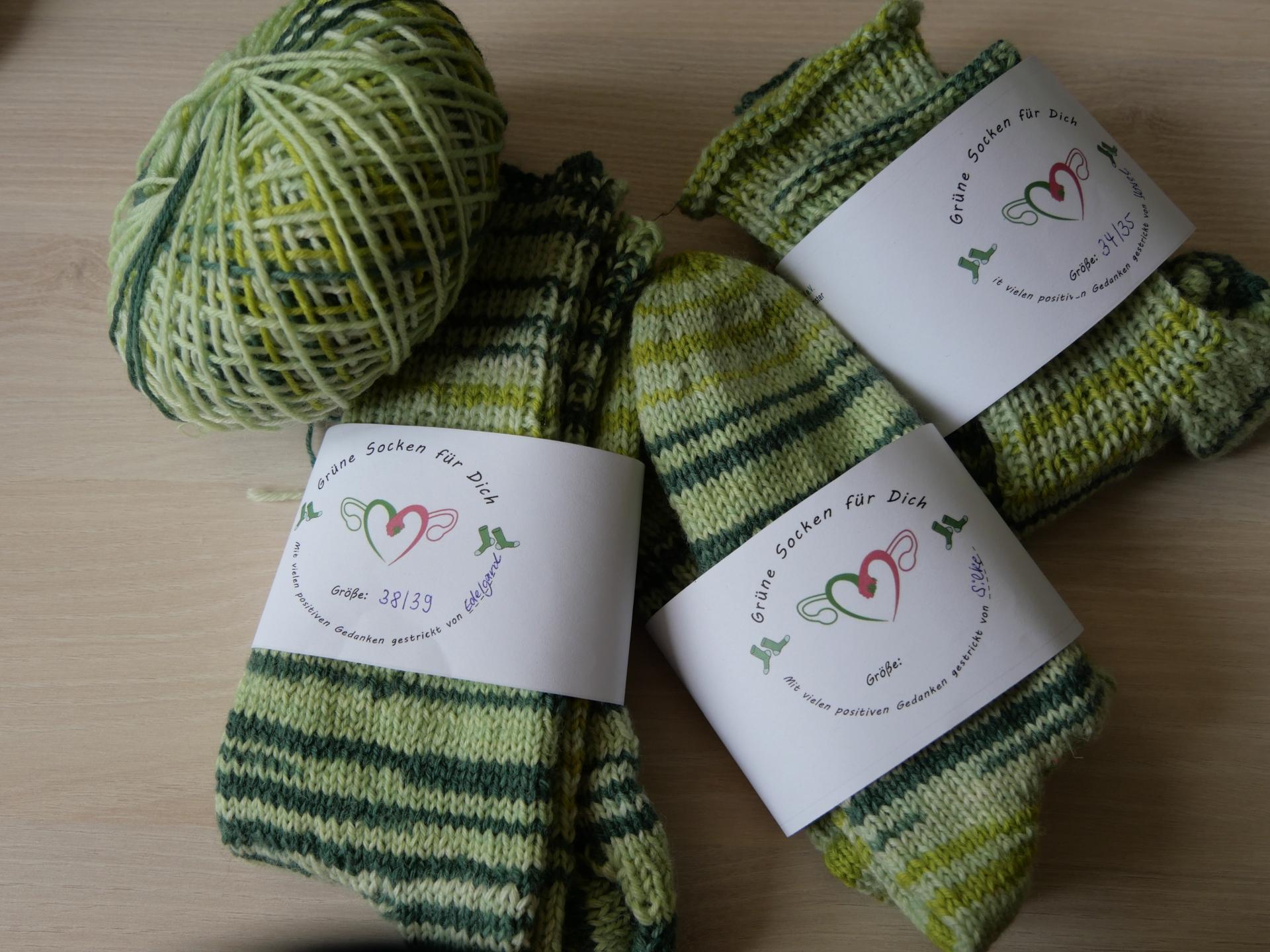 Foto: selbstgestrickte grüne Socken für den guten Zweck