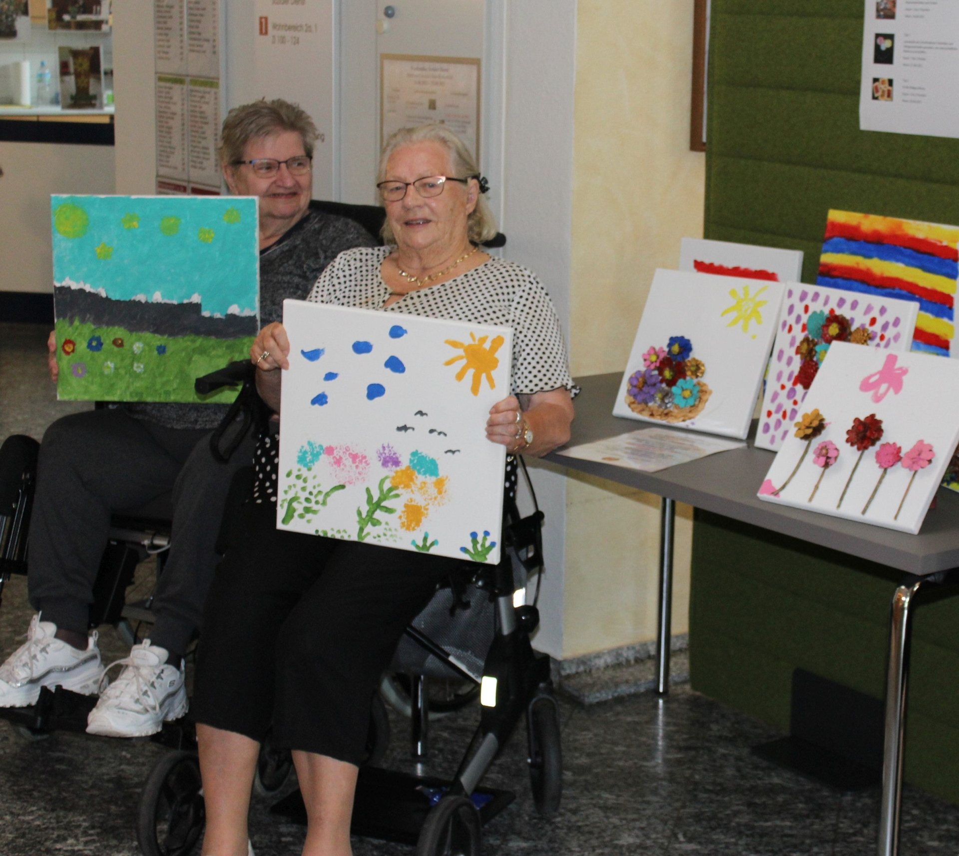 Foto: Bewohnerinnen des MCH präsentieren Kunstwerke