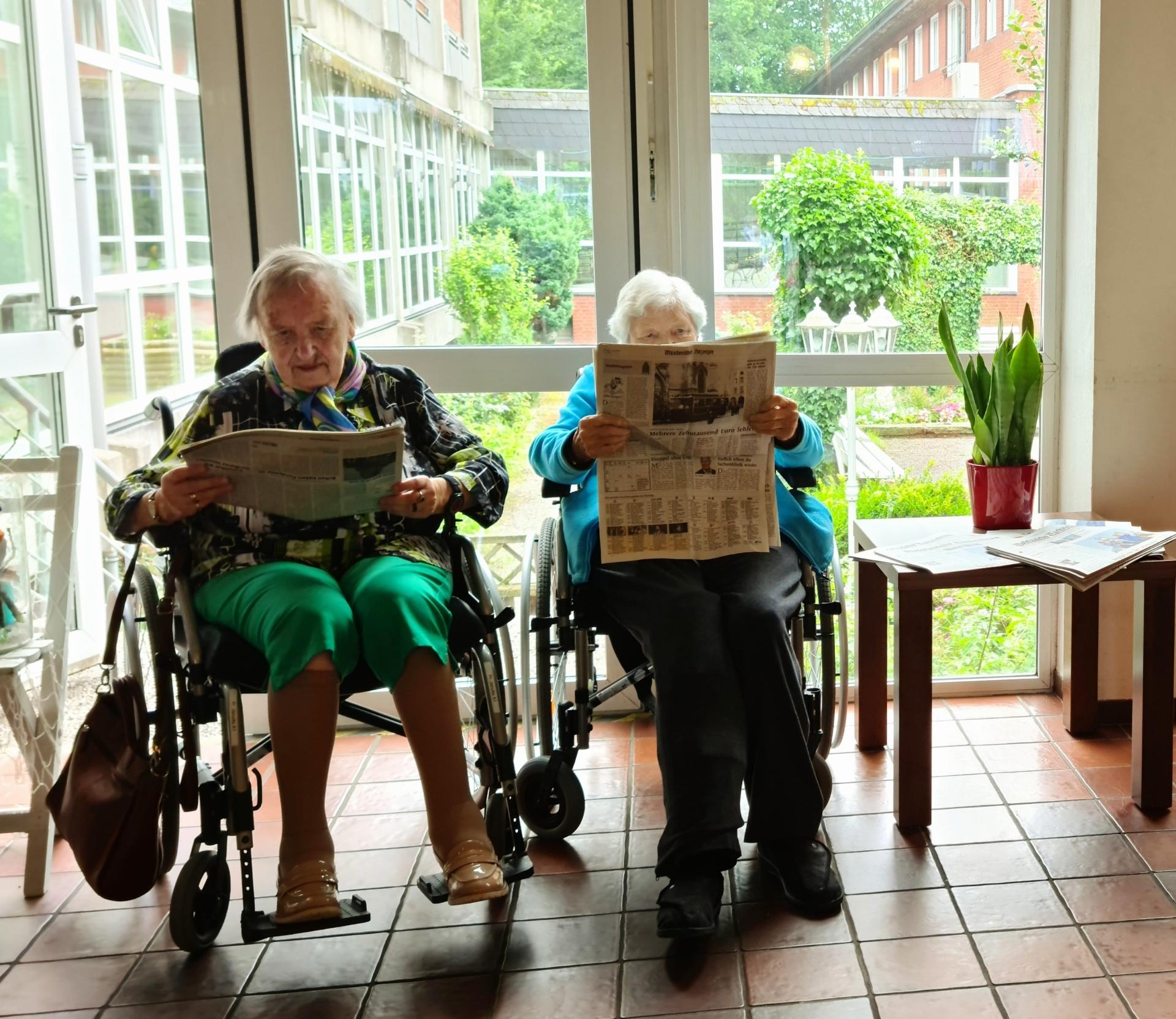 Foto: Zwei alte Damen lesen Zeitung