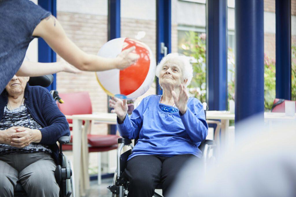 Foto: Alte Dame nimmt einen rot-weißen Ball an