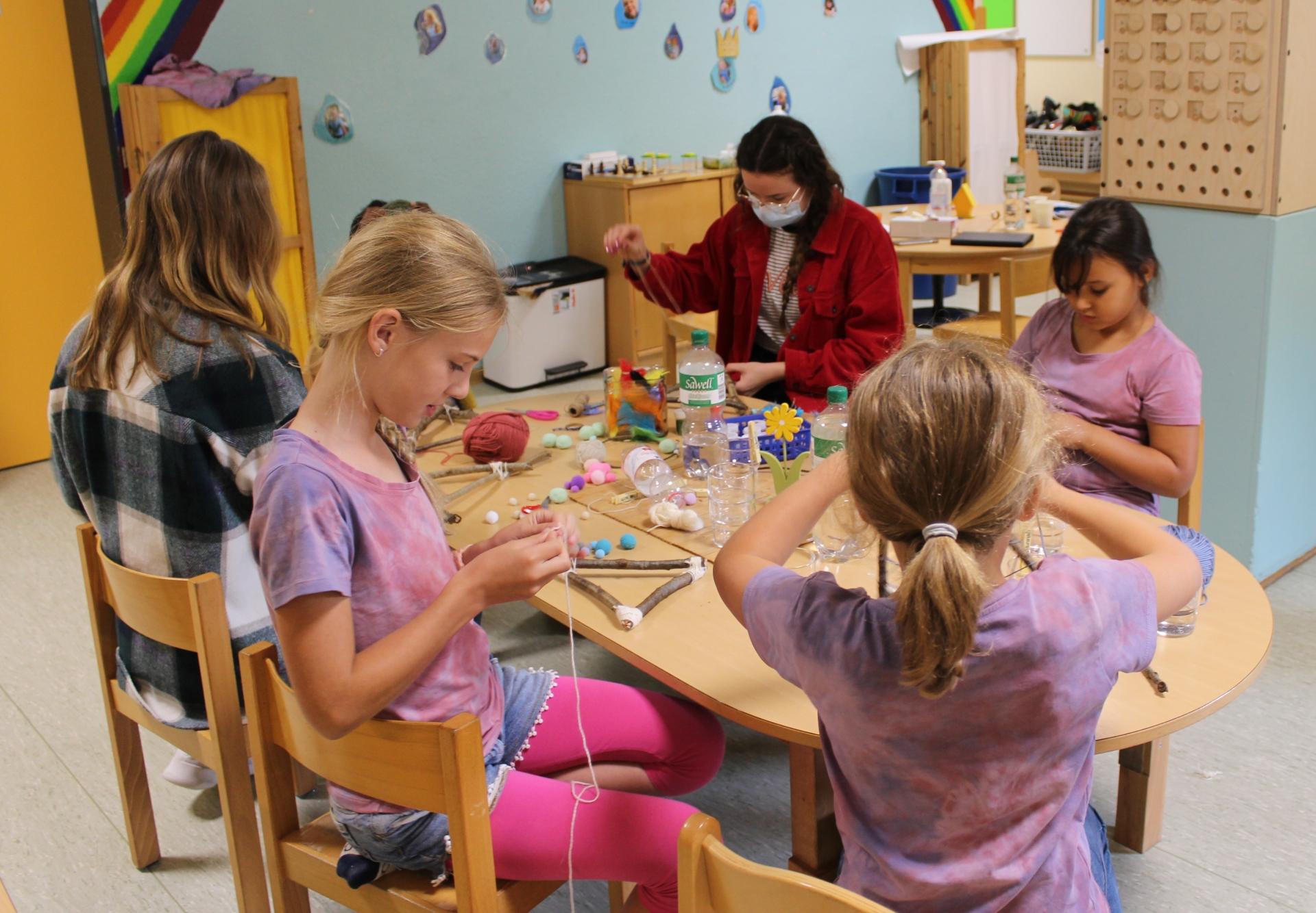 Foto: Kinder und Betreuerinnen basteln