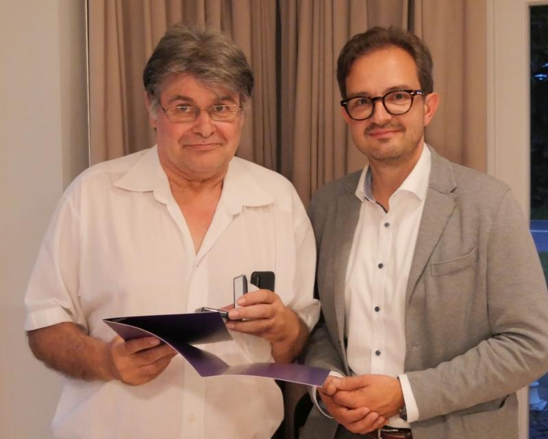 Foto: Mitarbeiter erhält Goldenes Kronenkreuz vom Vorstand