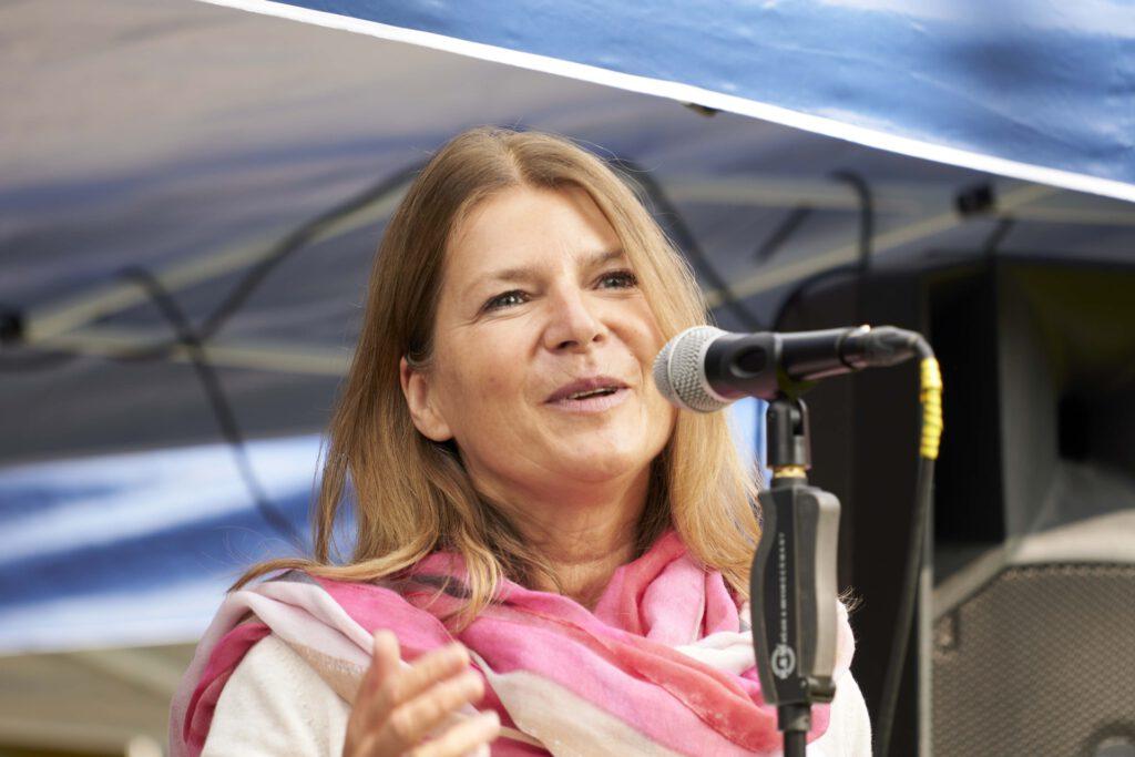 Foto: Marion Kahn hält eine Rede