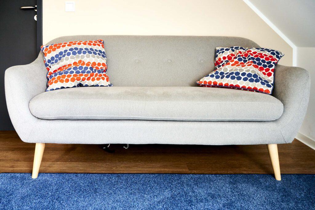 Foto: Sofa mit zwei bunten Kissen