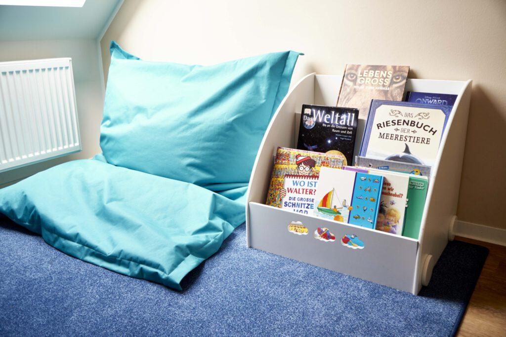Foto: hellblauer Sitzsack und Spielkiste in einem Spielzimmer