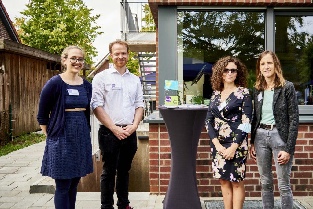 Foto: Mitarbeitende der Diakonie Münster begrüßen die Gäste bei der Eröffnung des Diakoniezentrums in Kinderhaus