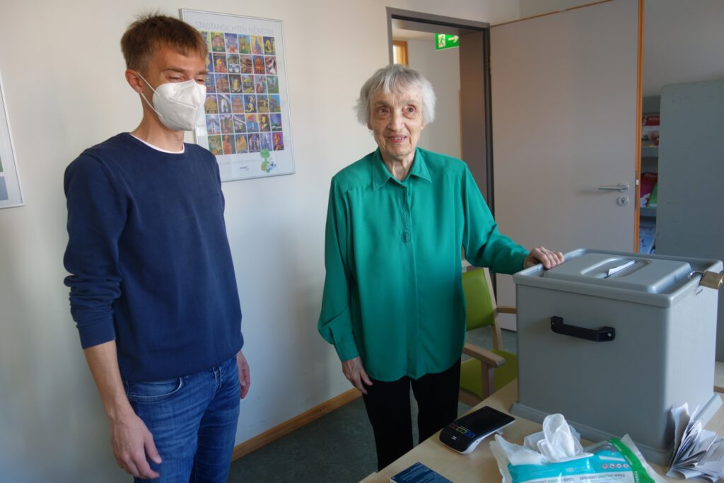 Foto: Wahlhelfer und Wählerin im Handorfer Hof Münster