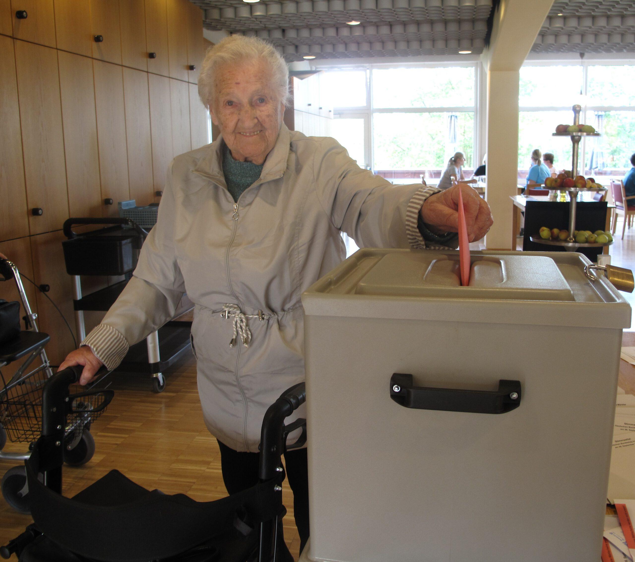 Foto: Bewohnerin im Haus Simeon nutzt mobiles Wahhllokal zur Bundestagswahl 2021