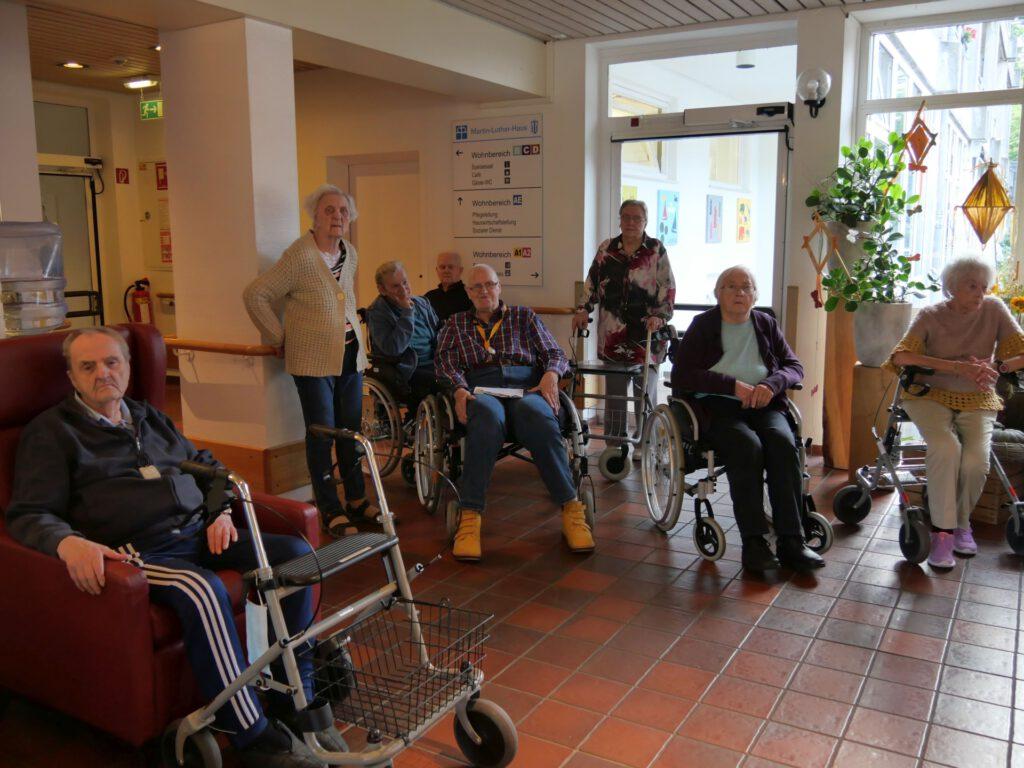 Foto: Bewohnerinnen und Bewohner im Martin-Luther-Haus warten auf die Öffnung des mobilen Wahllokals