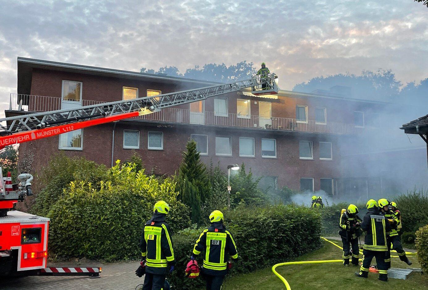 Foto: Übung der Freiwilligen Feuerwehr, die einen simulierten Brand löscht